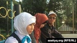 Житель Шалкара Ербол Турганбаев с дочерьми Айым и Коркем. Актюбинская область, 16 сентября 2017 года.