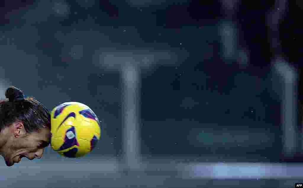 Italia - Fundaşul de la Juventus Martin Caceres trimite mingea spre poarta echipei Udinese într-un meci din Seria A pe teren propriu la Torino.