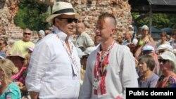 Эстония президенті Тоомас Хендрик Илвес (оң жақта) халықтық музыка фестивалінде. (Көрнекі сурет)