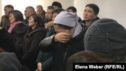 Родные осуждённых по обвинению в убийстве охотинспектора и незаконной охоте слушали приговор со слезами на глазах. Караганда, 21 февраля 2020 года.