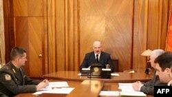 Александр Лукашенко (в центре) нашел виноватых в своем окружении