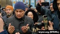 Крымские активисты встречают адвоката Эмиля Курбединова после ИВС, 11 декабря 2018 года