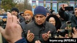 Крымские активисты встречают адвоката Эмиля Курбединова после ИВС