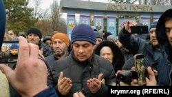 Кримські активісти зустрічають адвоката Еміля Курбедінова після ІТТ 11 грудня 2018 року
