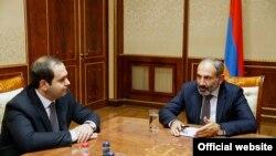 Директор Службы национальной безопасности Георгий Кутоян (слева) и новоизбранный премьер-министр Армении Никол Пашинян, Ереван, 8 мая 2018 г.
