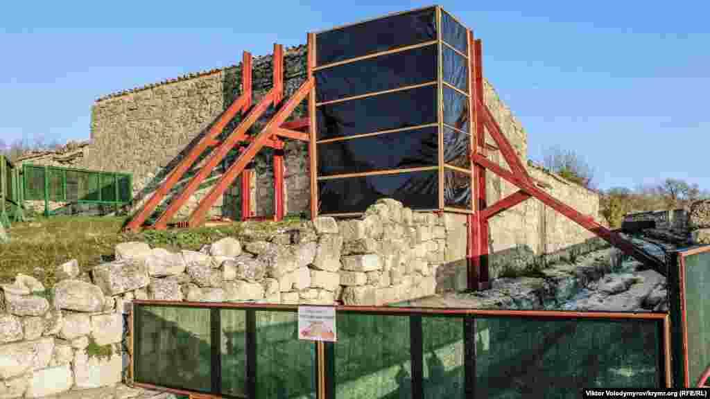 Один из объектов города-крепости находится на реконструкции.
