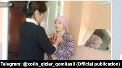 Сотрудница Комитета женщин Туракурганского района Наманганской области просит местную жительницу не носить платок в мусульманском стиле.
