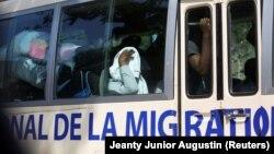 Migranti u busu nakon deportacije iz SAD, Haiti, april 2020.