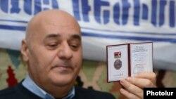 Игорь Мурадян заявляет о возвращении присужденного ему парламентом Нагорного Карабаха орден Месропа Мащтоца, Ереван, 2 февраля 2015 г.