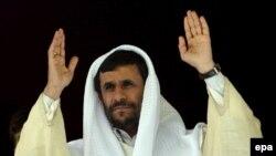 به گزارش رسانه های جمهوری اسلامی، محمود احمدی نژاد چهارشنبه شب در جريان ديدارش از استان خوزستان در شهر اهواز گفت اطمينان دارد آنچه را که وی آن را «رژيم صهيونيستی» می ناميد، به زودی فرو خواهد پاشيد.