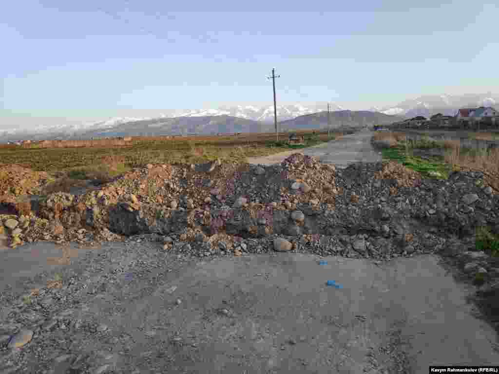 Бишкектеги жаңы конуштарга кире турган айрым көчөлөр казылып, автоунаалардын жолу тосулган.