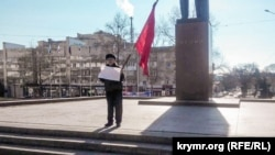 Пикет возле памятнику Ленина в Симферополе