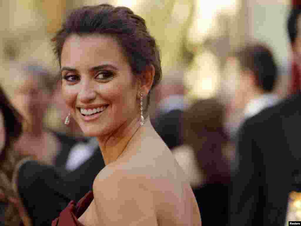 پنه لوپه کروز در مراسم اسکار - پنه لوپه کروز امسال نامزد بهترین بازیگر نقش مکمل زن بود، جایزهای که نهایتاً به مونیک رسید