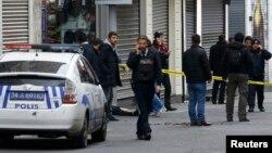حضور پلیس در محل پس از انفجار بمب در استانبول. ۱۹ مارس ۲۰۱۶.