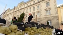 Barikade oko administrativnih zgrada u Lvivu