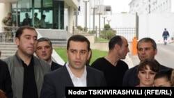 Сегодня в полдень лидер «Свободных демократов» Ираклий Аласания созвал пресс-конференцию перед зданием Минобороны, где призвал грузинские власти провести детальное расследование причин смерти Тетрадзе