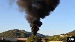 دخان يتصاعد بعد قصف لمنطقة في محافظة اللاذقية بسوريا