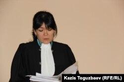Асель Абішева, суддя Медеуського районного суду, читає вирок у справі про закриття журналу ADAM bol. Алмати, 24 грудня 2014 року