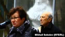 Екатерина Гениева выступает на открытии памятника Егору Гайдару 15 ноября 2013 года