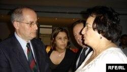 Miklos Haraszti (left) discusses the Azeri version of the OSCE's media booklet.