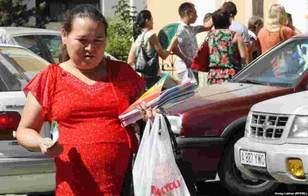 Женщина по имени Жанар говорит, что учебник по английскому языку за 1-й класс она купила на складе за 1340 тенге, хотя в других местах, по ее словам, он стоит 3000 тенге.