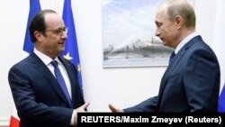 Франция президенті Франсуа Олланд (сол жақта) пен Ресей президенті Владимир Путин. Мәскеу, Внуково әуежайы, 6 желтоқсан 2014 жыл.
