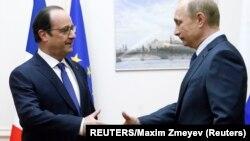 """Rusiya və Fransa prezidentləri Moskvanın """"Vnukovo"""" hava limanında görüşüblər."""