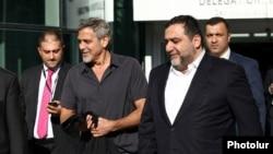 Джордж Клуни и Рубен Варданян (справа)