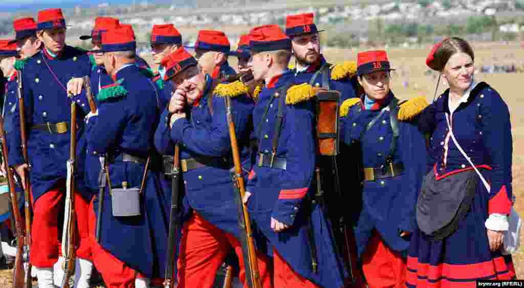 Полк французской пехоты собран из местных и приезжих из соседней России реконструкторов