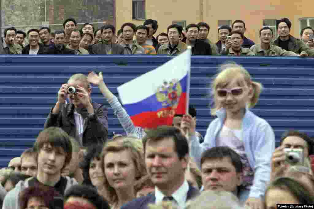 Spectators before the Victory Day parade on Nevsky Prospect. St. Petersburg, 2009. Photo Aleksander Petrosyan