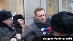 """Российского оппозиционера Алексея Навального задерживают во время """"забастовки избирателей"""". Москва, 28 января 2018 года."""