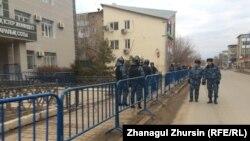 Полицейские у здания специализированного межрайонного суда по уголовным делам Актюбинской области. 20 ноября 2017 года.