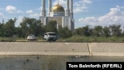 Дети купаются в реке Сазды (Саздинка) в районе городской мечети Актобе. Иллюстративное фото.