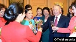 Президент Казахстана Нурсултан Назарбаев встретился с представительницами разных профессий по случаю Международного женского дня. Астана, 7 марта 2013 года.