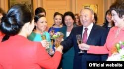 Нұрсұлтан Назарбаев 8 наурыз мерекесіне орай бір топ әйелмен кездесіп тұр. Астана, 7 наурыз 2013 жыл