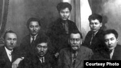 Алькей Маргулан среди деятелей казахской интеллигенции. Фото не позднее 1928 года. Слева направо в первом ряду: Халел Габбасов, Миржакып Дулатов, Ахмет Байтурсынов, Мухтар Ауэзов. Слева направо в верхнем ряду: Жусипбек Аймауытов, Алькей Маргулан, Абдолла Байтасов.