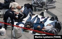 Трудовые мигранты в ожидании рейса в московском аэропорту Внуково.