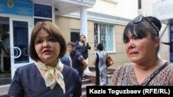 Сотқа қатысушылардың бірі Гүлмира Сауытова (оң жақта) мен адвокаты Айман Омарова. Алматы, 5 шілде 2016 жыл.