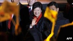 Победа на президентских выборах в Южной Корее Пак Кын Хе продолжила традицию избрания на высокие посты в странах Азии близких родственниц популярных политиков прошлого
