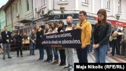 Mladi iz Srbije drže transparent ispred Kapije, Tuzla, 25. svibnja 2016.