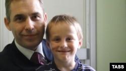 Российский омбудсмен по правам детей Павел Астахов и Артем Савельев, усыновленный американкой и отправленный назад в Москву, 13 апреля 2010 года.