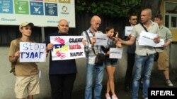 Колишні в'язні й правозахисники провели біля київського представництва Організації Об'єднаних Націй акцію «Зупиніть харківські концтабори»