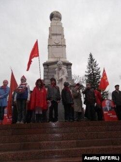 Ленин һәйкәле янында