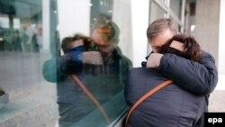 Porodice oplakuju najmilije, aerodrom Pulkovo, Sankt Peterburg