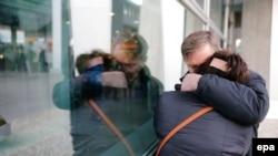 Родственники пассажиров взорванного самолета в день катастрофы в аэропорту Пулково