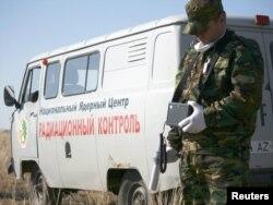 Сотрудник национального ядерного центра проверяет уровень радиации на территории бывшего Семипалатинского полигона. 13 октября 2011 года.