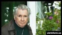 Письменник Павло Загребельний на дачі у Конча-Заспі. Зйомка 24 вересня 2004 року.
