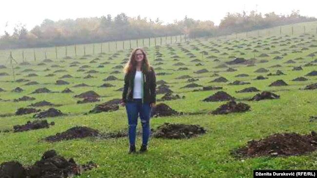 Nakon što je krajem ljeta pripremila zemljište, ovih dana Ena je ponovo došla u Bihać gdje će zasaditi i prve sadnice lješnjaka na svojoj plantaži. Za sada njih 250