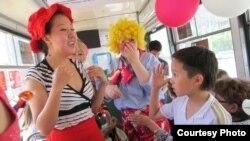"""Участники праздничной акции """"Трамвай детства"""". Павлодар, 1 июня 2012 года. Фото предоставлено Алией Саматовой."""