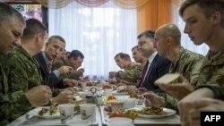 Jens Stoltenberg şi Petro Poroşenko iau prânzul în timpul exerciţiilor Ucraina-NATO din regiunea Lvov, 21 septembrie, 2015